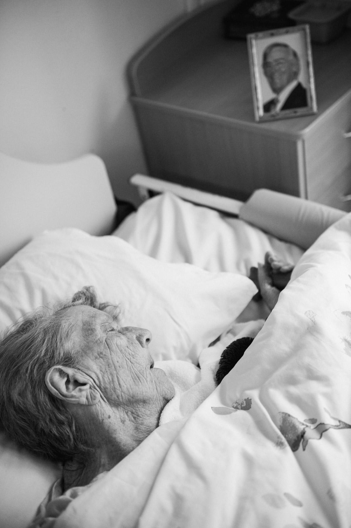 150709-grandma-finalmomentswithgrandpa