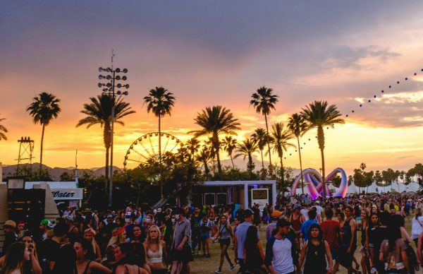 coachella_2014_sunset_with_balloon_chain_and_lightweaver