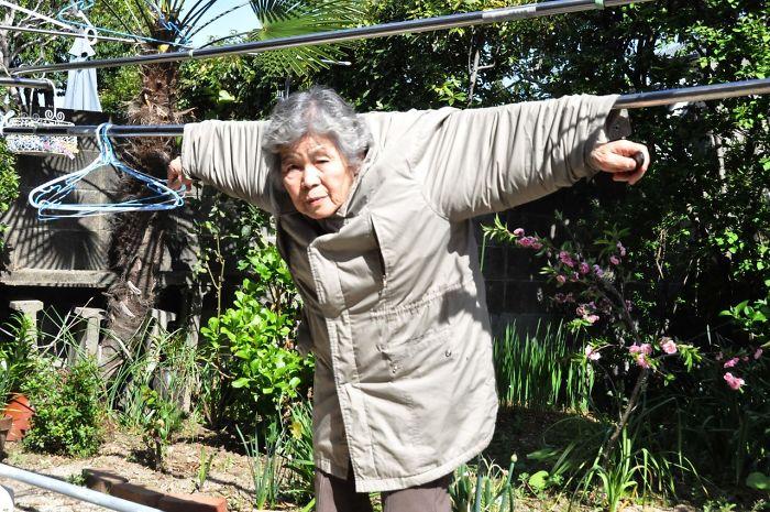 funny-self-portraits-kimiko-nishimoto-89-year-old-12-5a0a9dee7a7f6__700