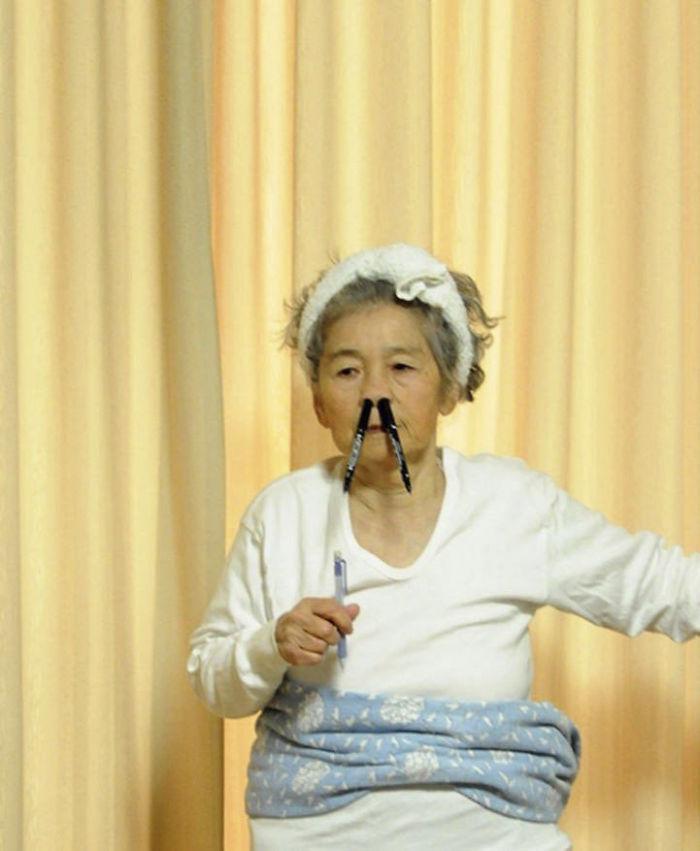 funny-self-portraits-kimiko-nishimoto-89-year-old-4-5a0a9e0290269__700